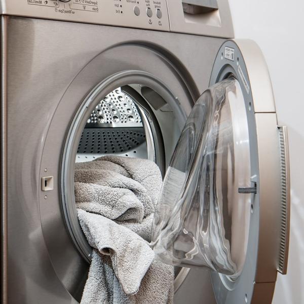 ¿Cómo quitar olor a moho de la lavadora?